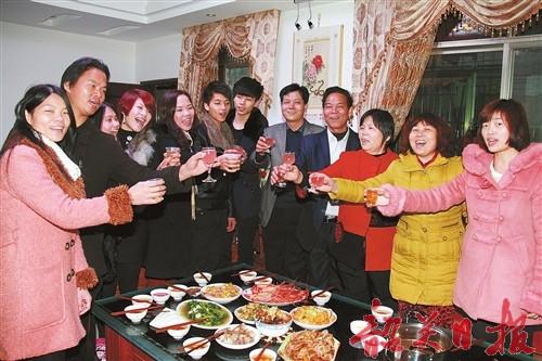 往年春节期间,许多市民喜欢下馆子吃团圆饭