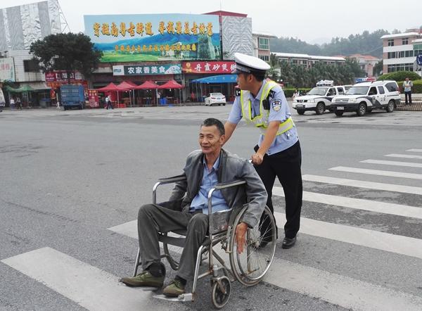 交警帮助老人过马路.