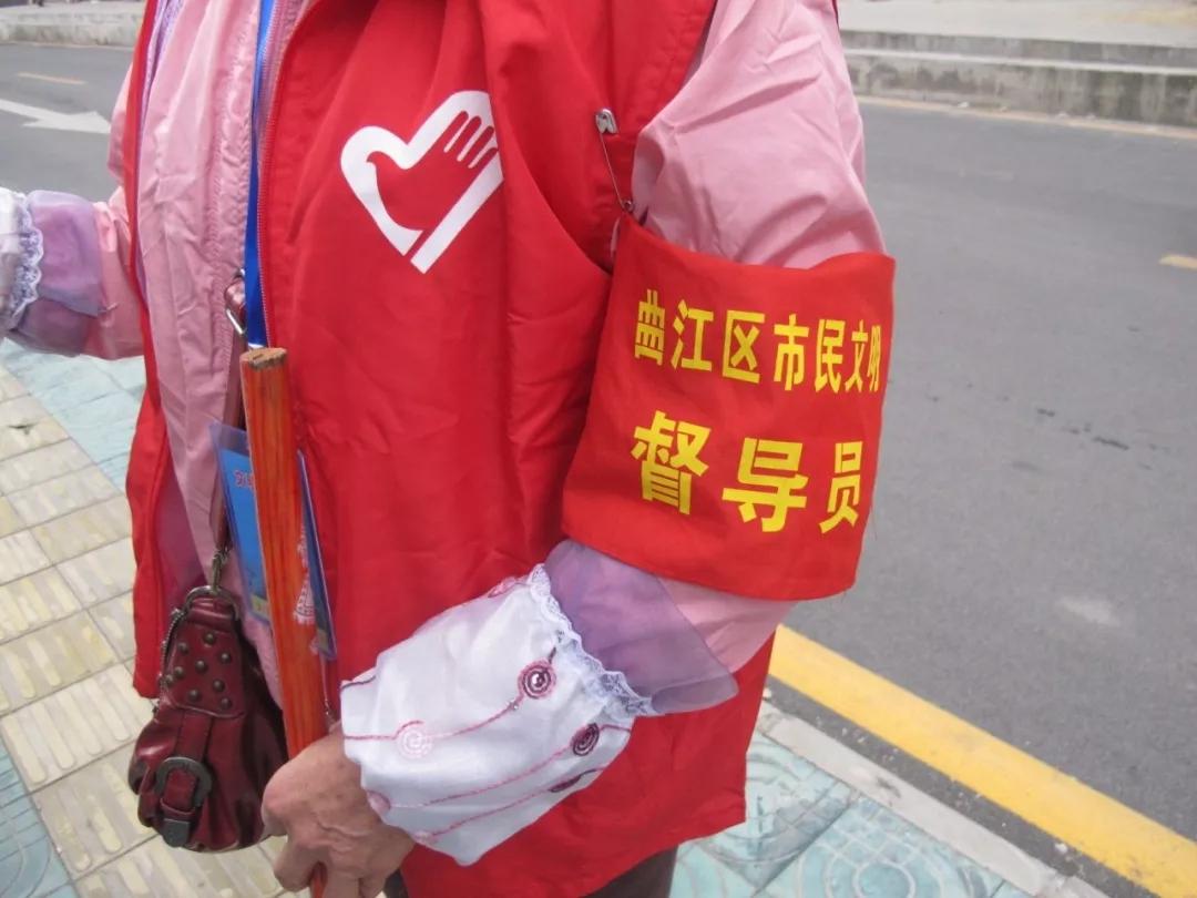 督导员_红马甲,红袖章是市民文明督导员的标配.李陶猛 摄